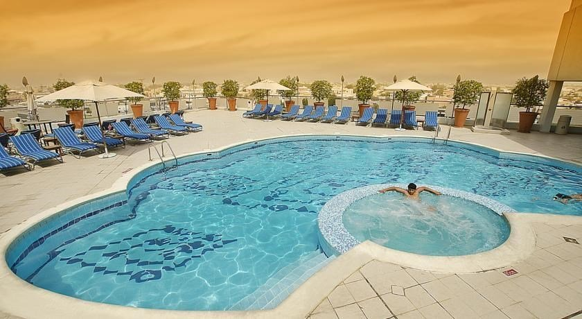 Towers Rotana-Swimming Pool